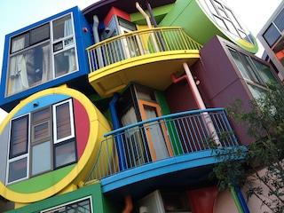 Dormire a Tokyo nei loft neo-dadaisti in cui la scomodità è un dovere