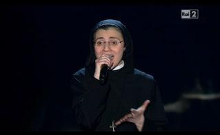 """Suor Cristina canta """"Uno su mille"""", J-Ax: """"Questo sì che è vero showbiz"""""""