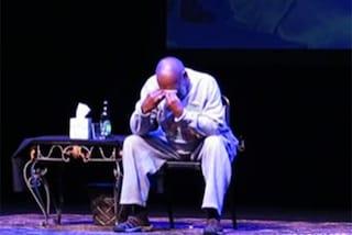 """Bill Cosby piange sul palco, il pubblico in piedi: """"Ti amiamo!"""""""