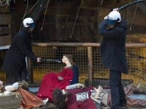 Una immagine dell'assalto al presepe nella Grand Place di Bruxelles.
