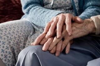 Rimini, sesso troppo rumoroso con la nonna: figli e nipoti denunciano l'amante 85enne