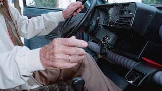 A 91 anni guida per 16 ore e uccide contromano un motociclista 20enne: delirava per un'infezione