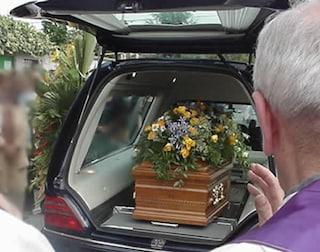 "Bologna, ""cartelli"" di pompe funebri e infermieri speculavano sui funerali. 30 arresti"