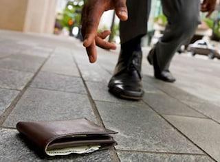Trovano portafogli con 4mila euro e lo restituiscono al proprietario