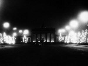 ©lapressearchivio storicovarieBerlino 19–12–1961Muro di Berlinonella foto: alberi di Ntale illuminati a Berlino ovest; sullo sfondo la Porta di BrandeburgoBUSTA 4760