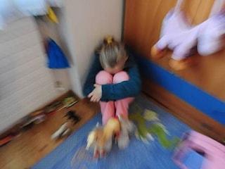 Vercelli, due maestre d'asilo sospese per aver picchiato e spaccato il labbro a una bambina