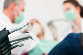 Trapani, cancelliere del Tribunale si metteva in malattia per lavorare come dentista abusivo