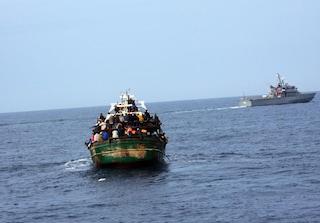 Maxi sbarco di migranti a Lampedusa: in 400 su un peschereccio, sull'Isola hotspot al collasso