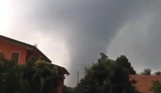 Maltempo Centro Italia: tromba d'aria, temporali e alberi caduti dall'Emilia alle Marche