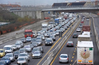 Tamponamento fra tir in A13, autostrada chiusa e code causate da curiosi