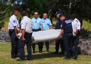 """Il giallo del volo MH370 scomparso con 239 passeggeri a bordo: """"Fu fatto precipitare dal pilota"""""""