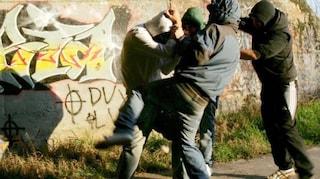 I figli litigano per l'altalena, scatta una rissa tra genitori: il padre di uno massacrato di botte