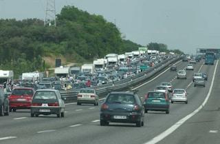 Firenze, auto contro camion sull'A1: muore 25enne, traffico in tilt e chilometri di code