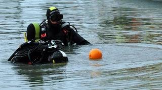 Giovane si tuffa nel lago di Santa Croce e non riemerge: in corso le ricerche