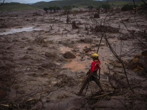 Firefighters search for victims in the mud after an industrial waste dump collapsed, in Bento Rodrigues in Mariana, Brazil, 08 November 2015. Retaining walls that burst open on 05 November at a mining complex set off an avalanche of mud and mineral residues that buried dozens of homes in the southeastern Brazilian city of Mariana and left at least one person dead, 16 injured, 13 missing and 530 homeless. EFE/Antonio Lacerda