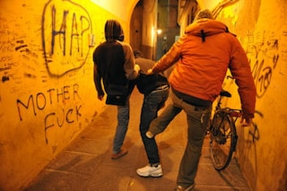 Perugia, due minorenni arrestati per bullismo: pugni e sigarette spente sul collo della vittima