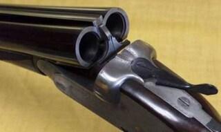 Prato, 17enne spara con il fucile dal terrazzo e ferisce passante