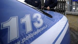 Trieste, usa la figlia di 17 mesi come scudo e le stringe collo e corpo: arrestato