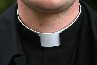 """""""Com'è? Bello? Sì ed è attivo"""", chat hot e festini tra preti: scandalo in parrocchia"""