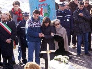 Annamaria Franzoni sorretta dal marito e dalla dottoressa Ada Satragni