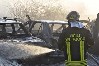 Incubo piromane a Torino: nella notte incendiate 17 auto parcheggiate in strada