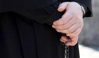 Orrore in Francia, ex prete accusato di pedofilia trovato morto: soffocato con un crocifisso