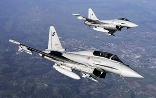 Allarme nei cieli italiani, aereo non risponde: scatta lo scramble, decollano due caccia Eurofighter