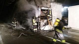 Paura in A24, bus carico di persone va in fiamme: autista accosta e salva passeggeri