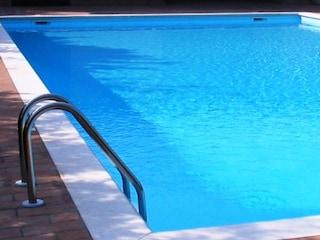 Perugia, bimbo di 6 anni annega a bordo piscina: ipotesi malore, il piccolo sapeva nuotare