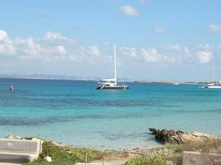 In vacanza a Formentera cade dalla scogliera: 13enne in fin di vita
