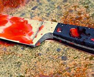 Sangue al centro commerciale, donna trovata morta con la gola tagliata: ipotesi suicidio