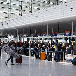 Iniziato lo sciopero di 4 ore del traffico aereo: 97 voli cancellati, molti i disagi