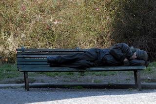 """Novara, 45enne trovato morto su una panchina: """"Non è un clochard, vittima viveva in zona"""""""