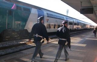Bari, a 3 anni rincorre un treno in partenza: bimbo salvato da un poliziotto in stazione