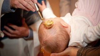 Il battesimo finisce a botte in chiesa: gli invitati litigano per fare le foto col bambino