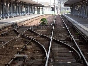 Binari di una stazione ferroviaria (Getty).