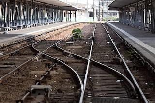 Dà il telefono e la borsa a un amico e si getta sotto al treno: 14enne muore davanti ai compagni