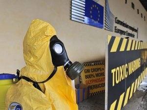 Protesta contro l'uso del glifosato davanti alla Commissione europea.