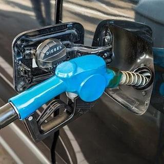 Aumentano ancora i prezzi del carburante: benzina a 1,617 euro/litro, diesel a 1,507 euro/litro