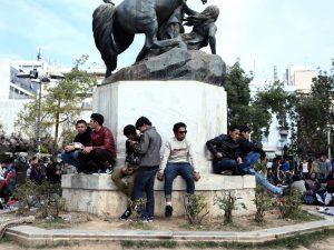 Giovani profughi in piazza della Vittoria, Atene. (Foto: Gettyimages)