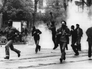 Torino 1977: gli scontri che precedono l'attentato all'Angelo Azzurro (Wikipedia).