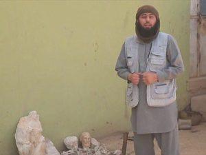Il jihadista dell'Isis prima di distruggere i reperti archeologici