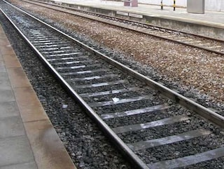 Mestrino, corre sui binari e si lancia sotto a un treno: morto. Traffico ferroviario in tilt