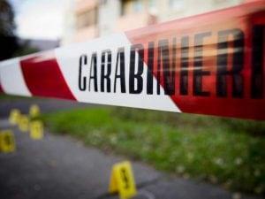 Il nastro dei carabinieri isola una scena del crimine (repertorio)