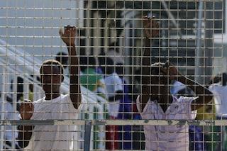 Cento migranti in fuga dal Cara di Caltanissetta: al via le ricerche, decine di militari al lavoro