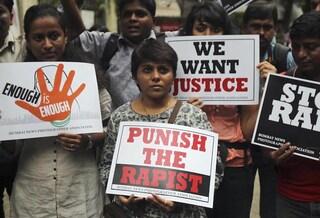 Orrore in India: 5 uomini bloccano una coppia per strada e stuprano una 20enne per 3 ore