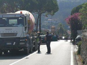 Migranti, in 40 arrivano in Italia su un tir che li scarica allo svincolo dell'autostrada
