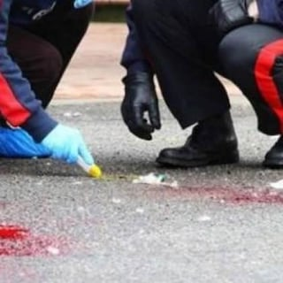 Travolge e uccide ciclista, poi si dà alla fuga dopo aver rimosso i rottami della bici dall'auto