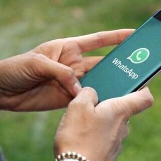 Non ha la doppia spunta blu di WhatsApp: la trovano morta in casa
