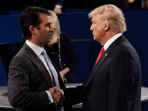 Trump stringe la mano a suo figlio, Donald Jr (Getty).